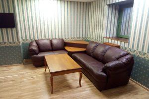 Kampinė sofa su staliuku